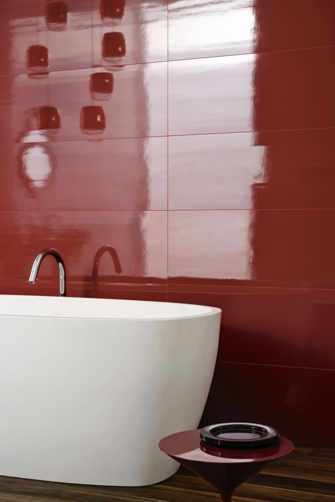 Красная ванная с отделкой керамогранитом