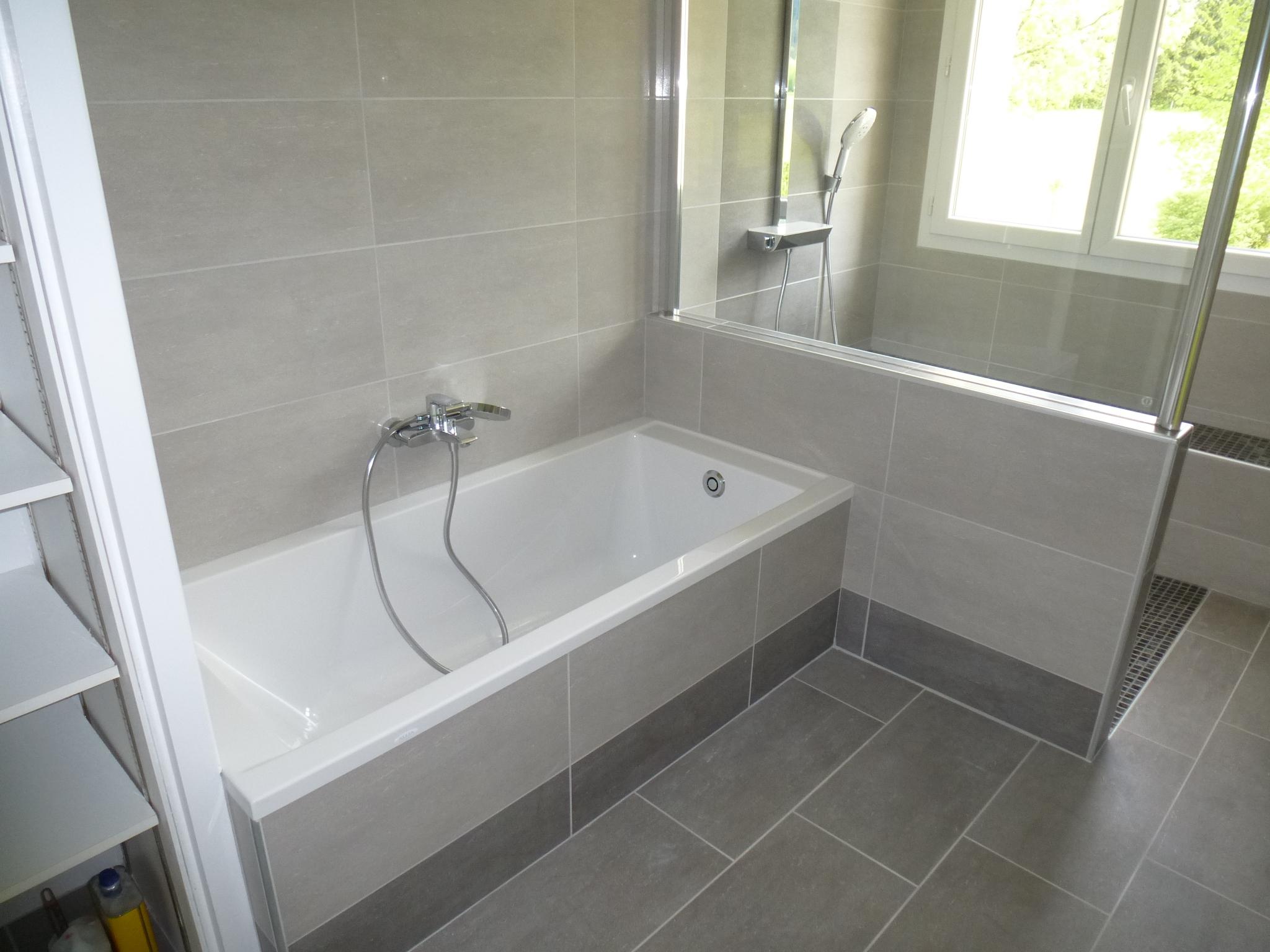 Ванная комната с душевой кабиной и плиткой из керамогранита