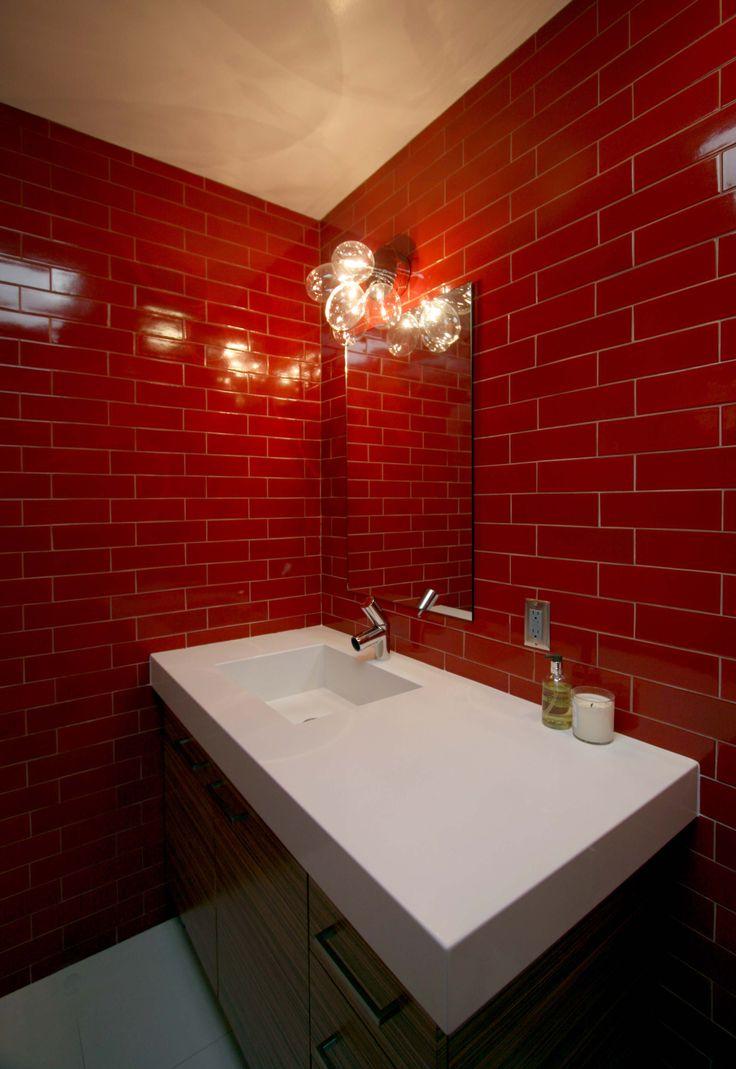Красная ванная с плиткой кирпичик