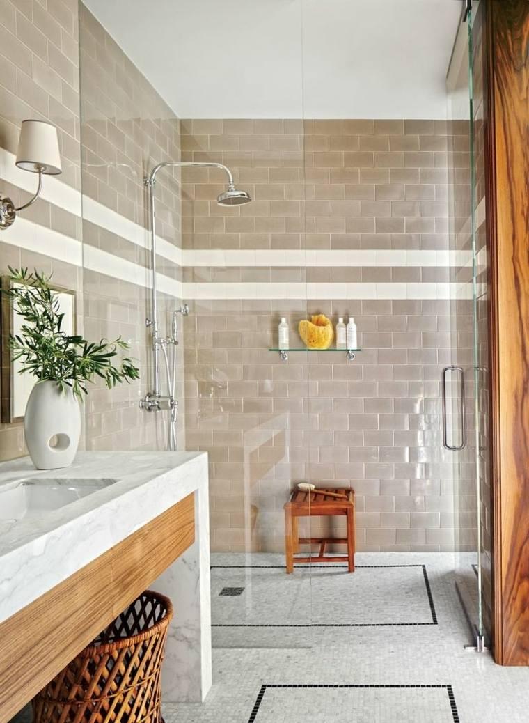 Ванная комната с душевой кабиной и плиткой кирпичик