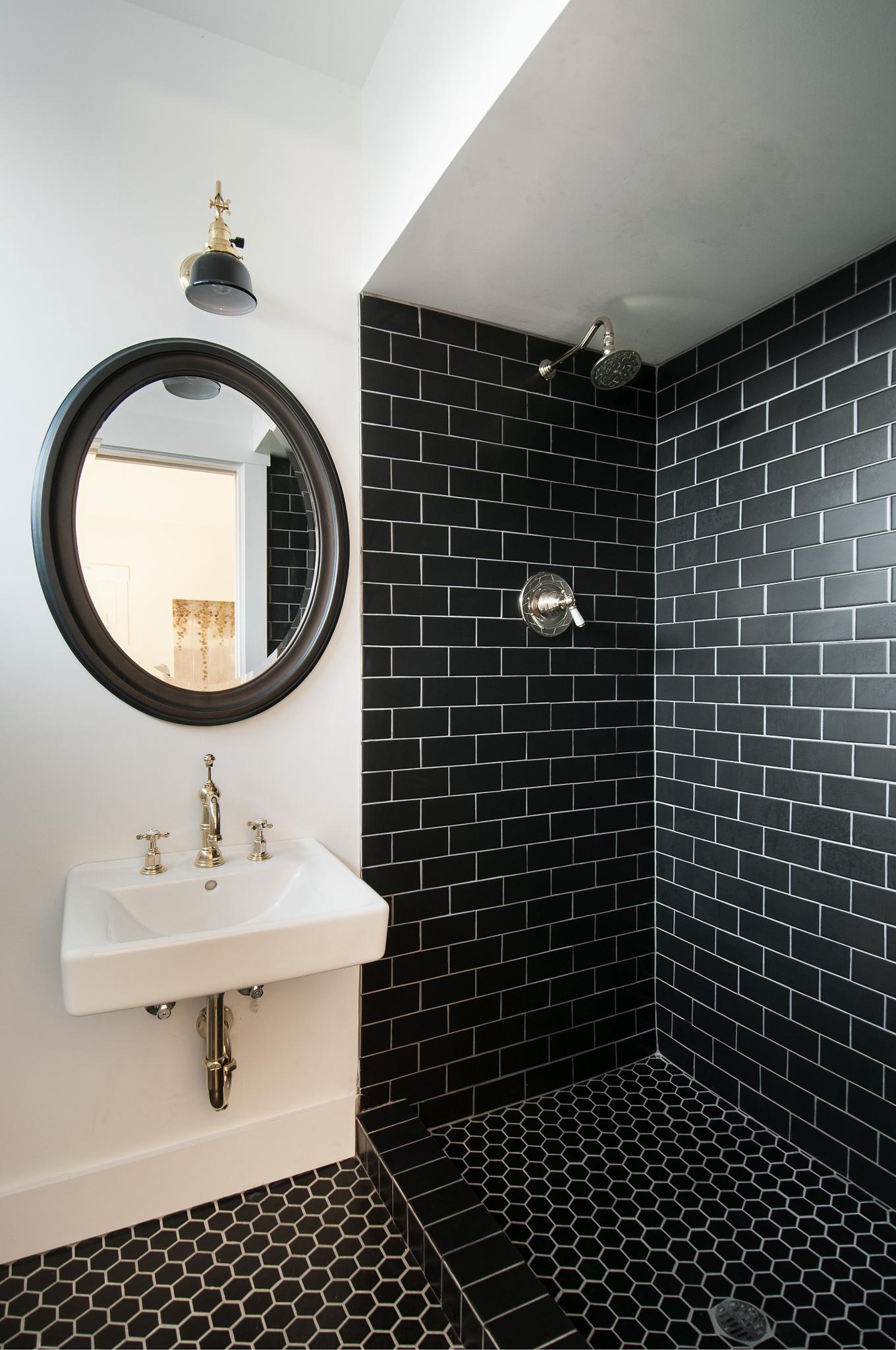 Черно-белая ванная с плиткой кирпичик