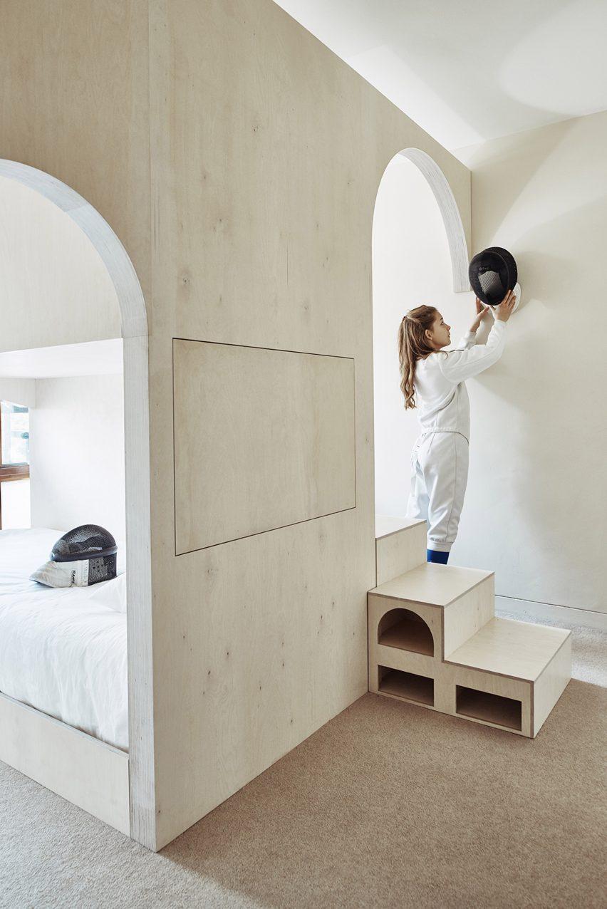 Детская в однокомнатной квартире с конструкцией из фанеры