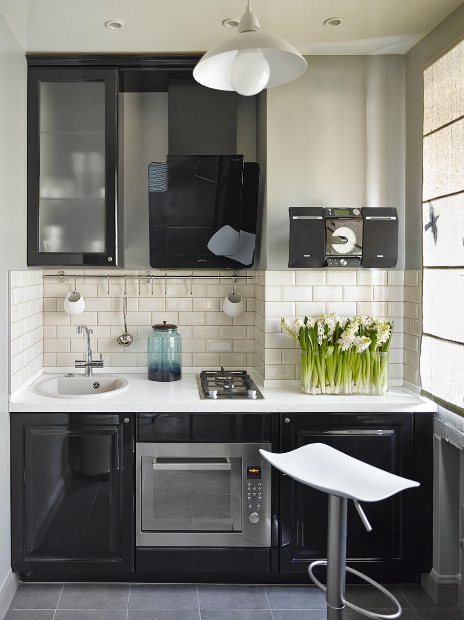 Дизайн маленькой кухни с корпусной мебелью