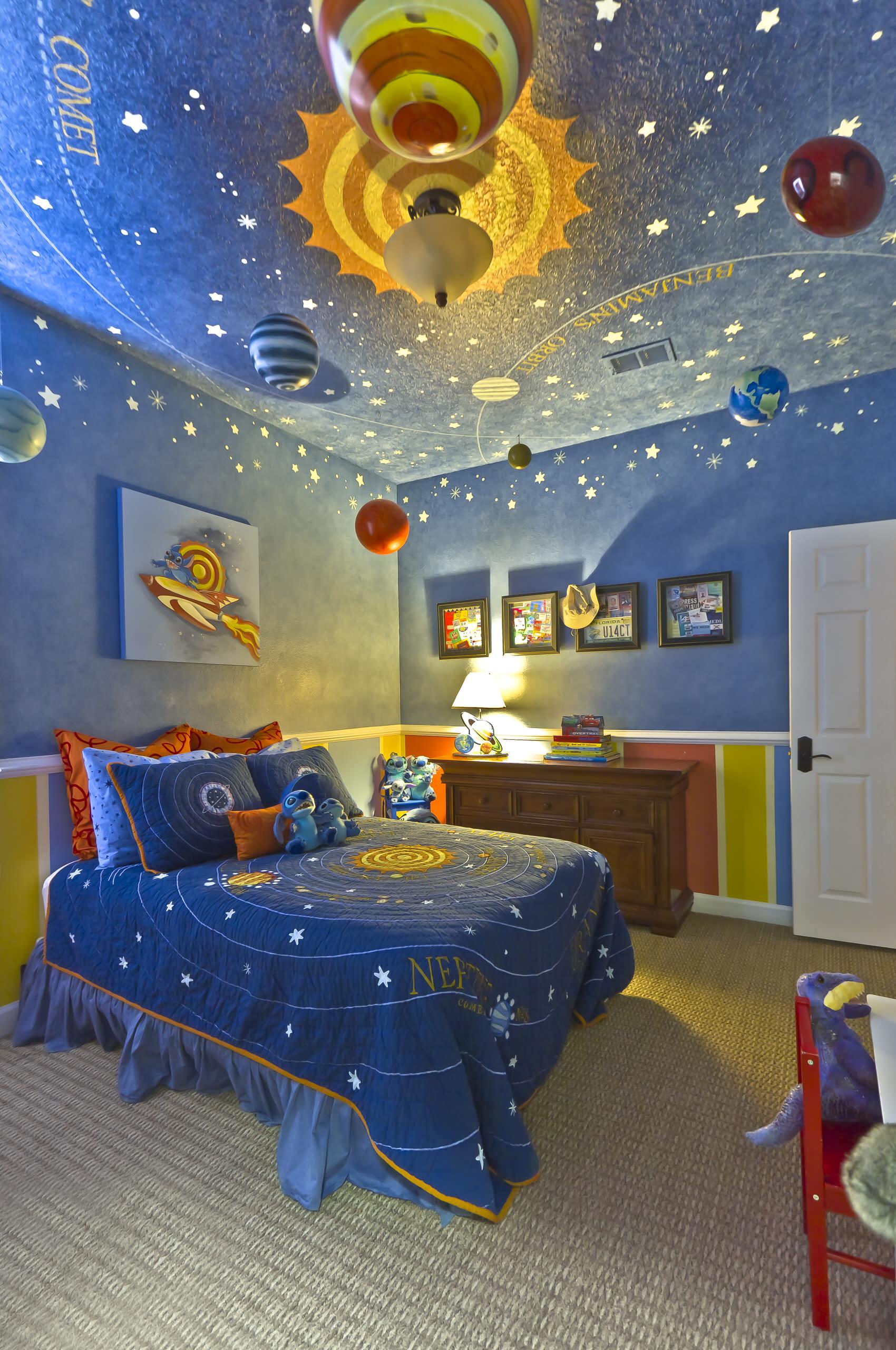 Детская комната для девочки космос