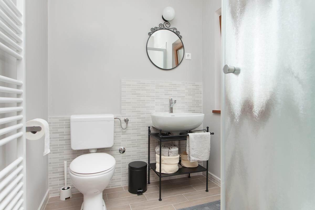 Маленькая ванная комната с кованой мебелью