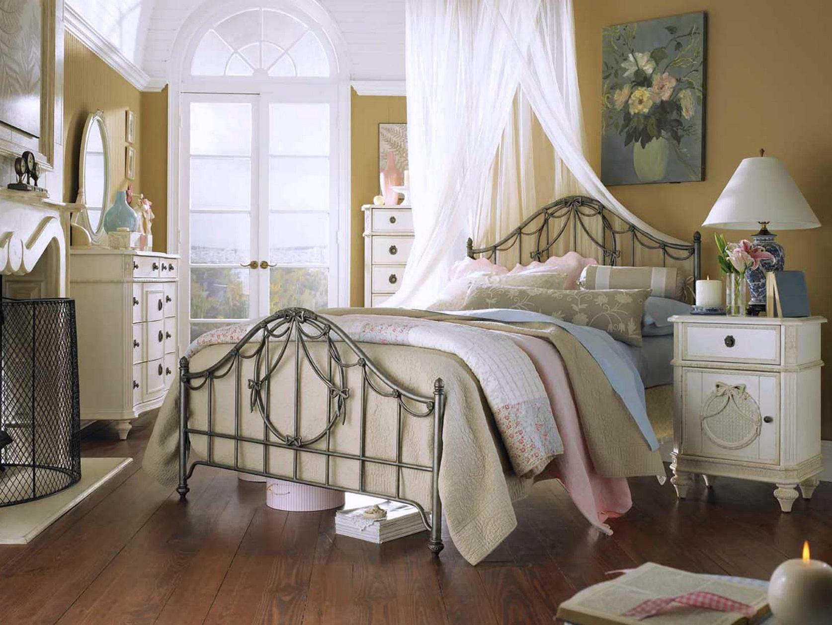 Детская комната в стиле прованс с кованой кроватью