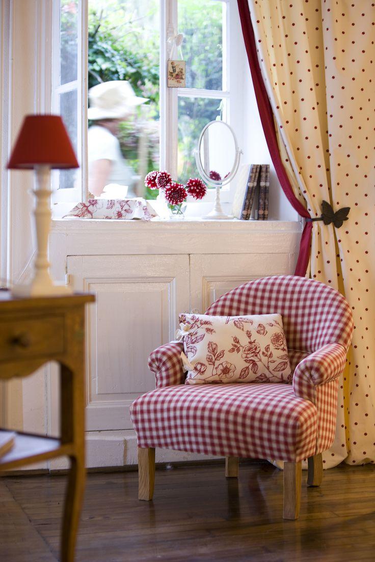 Детская комната в стиле прованс с креслом