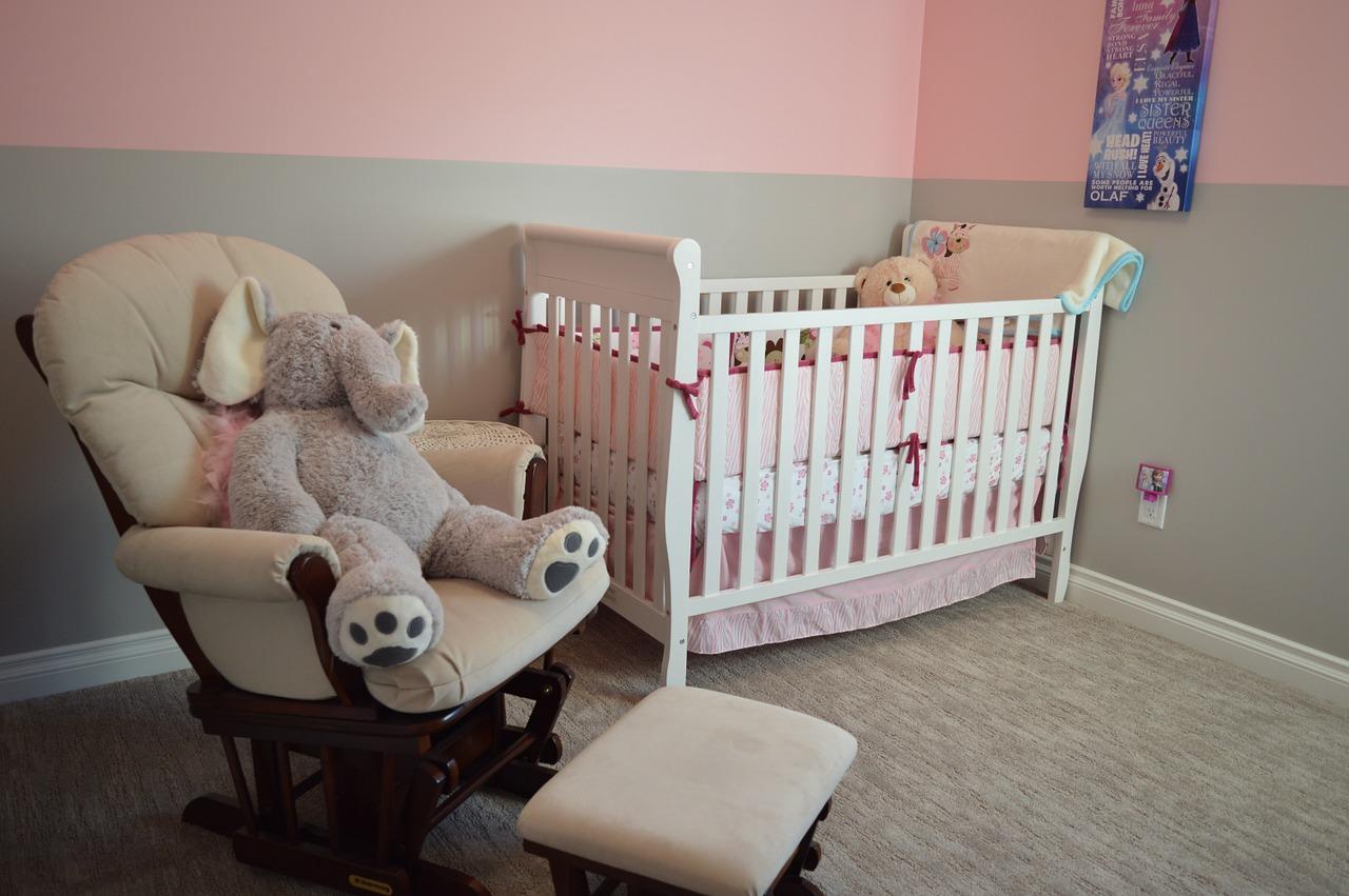 Комната для новорожденного с кроваткой