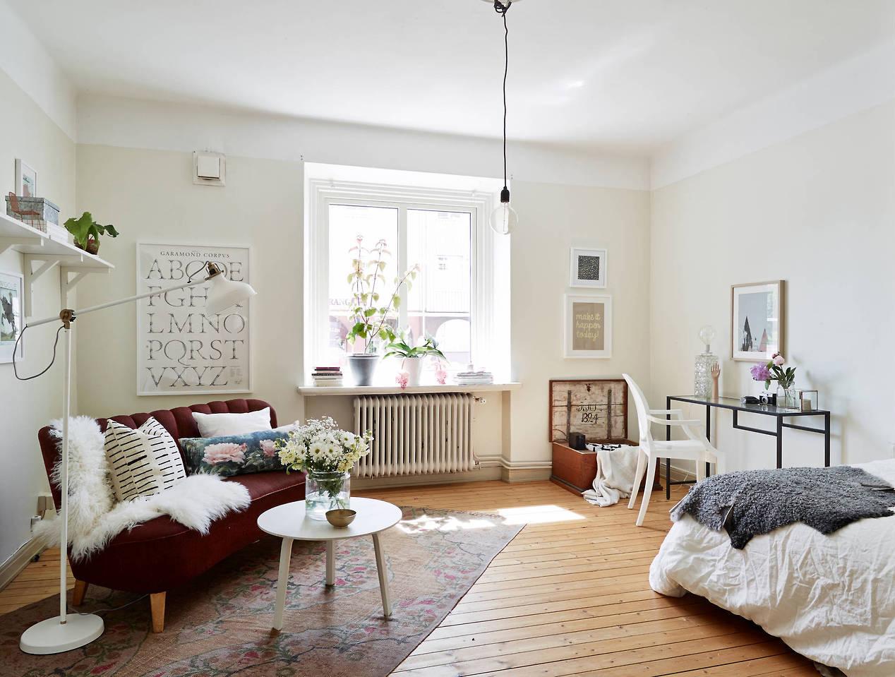 Спальня в однокомнатной квартире с кроватью