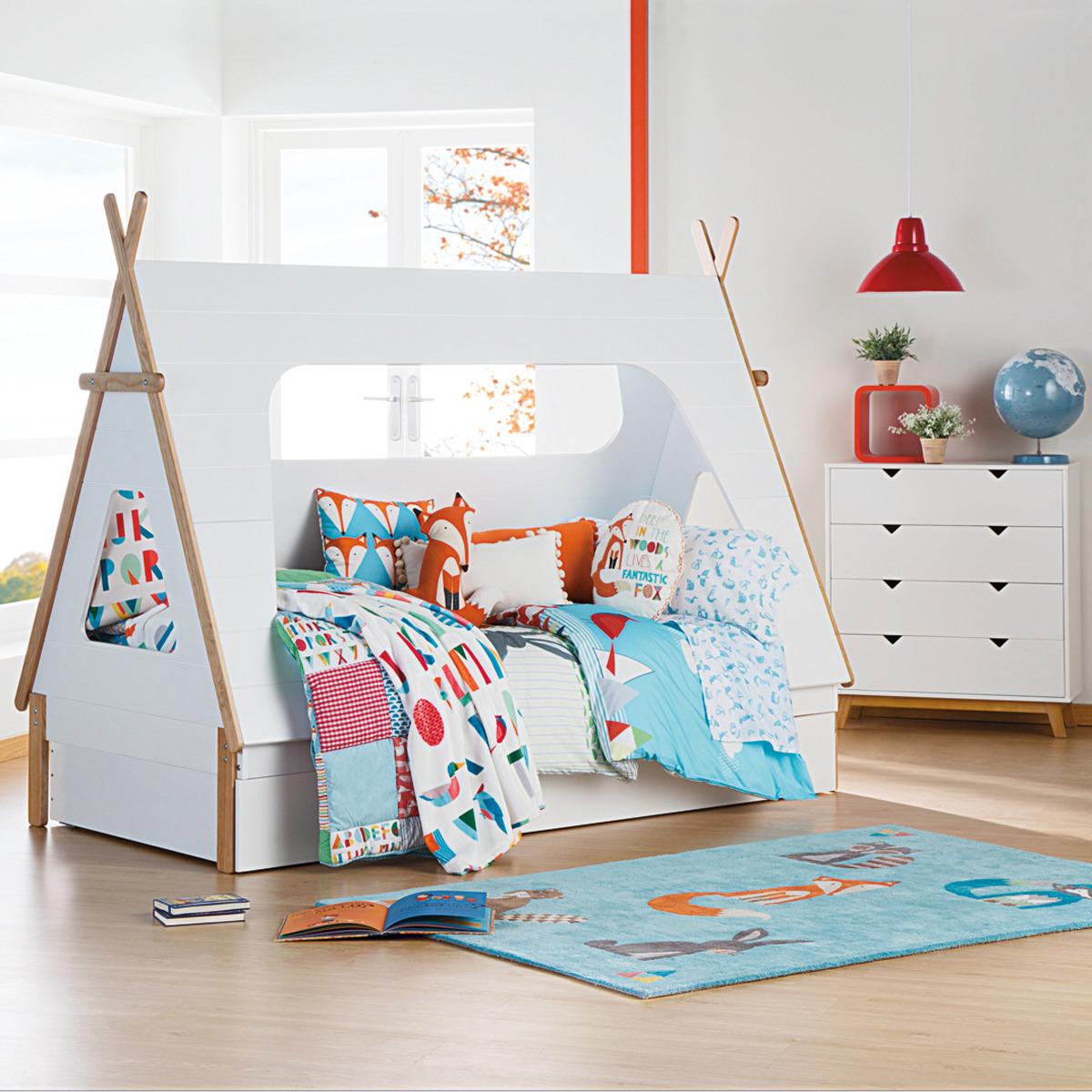 Детская комната для девочки с кроватью в виде домика