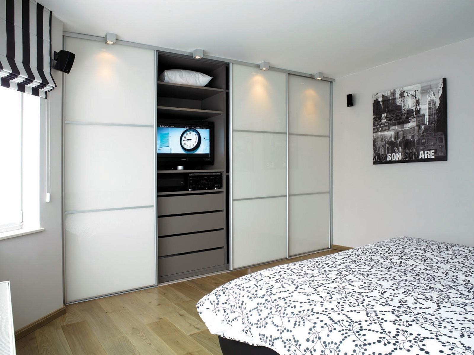 Маленькая спальня со шкафом купе