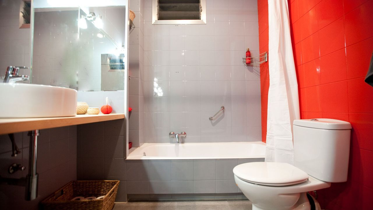 Красная квадратная плитка в ванной