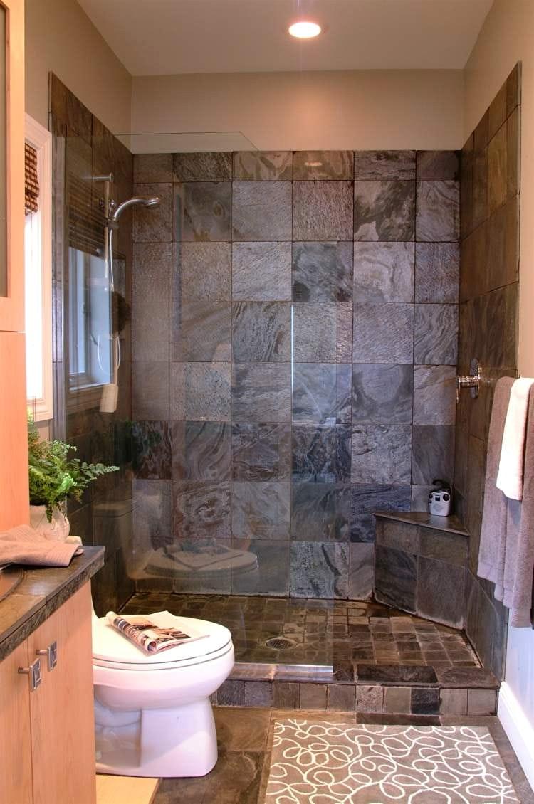 Ванная комната с душевой кабиной и квадратной плиткой