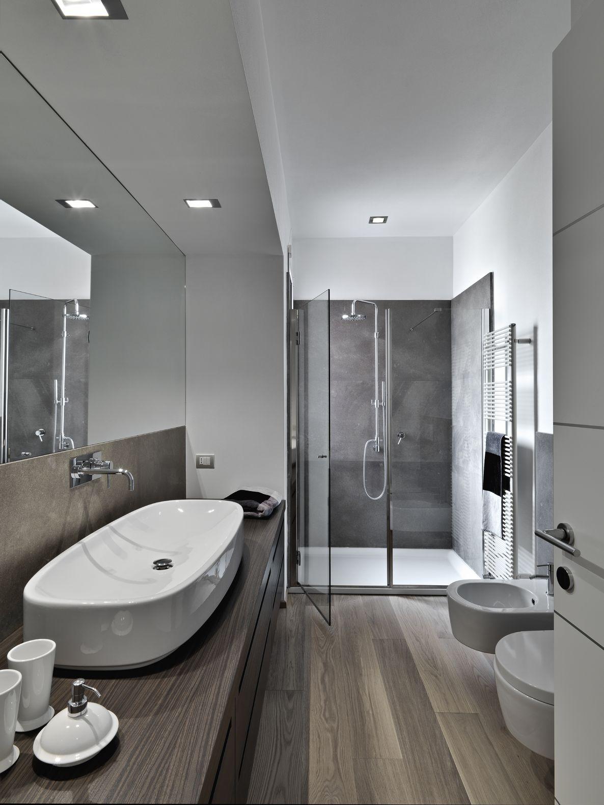 Ванная комната с душевой кабиной и ламинатом