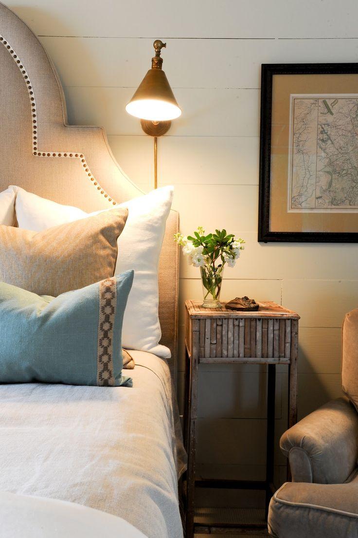Маленькая спальня с лампой
