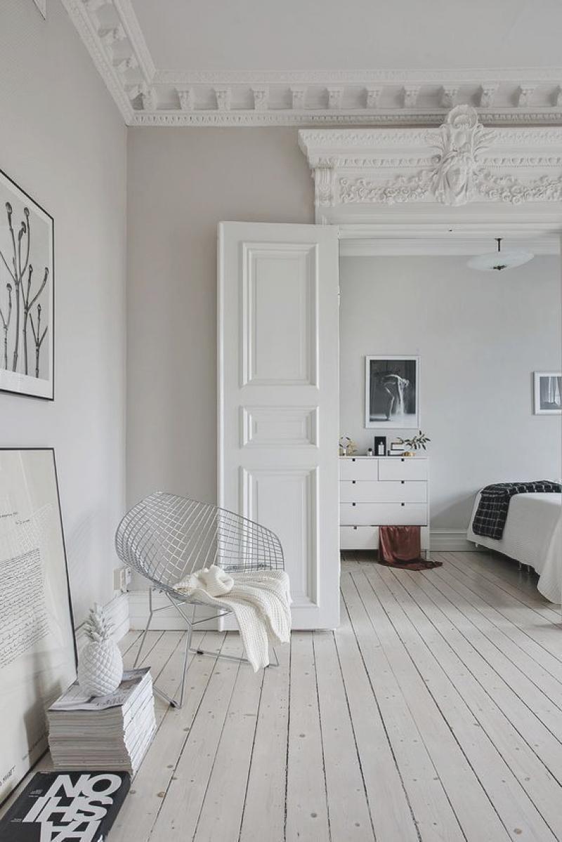 Интерьер квартиры студии с лепниной