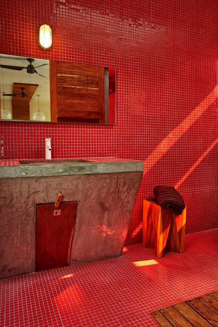 Красная ванная в стиле лофт