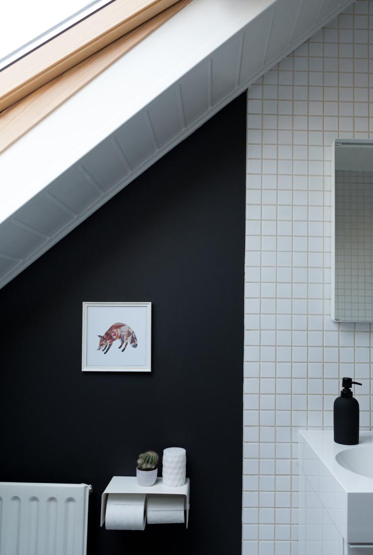Черная ванная на мансарде