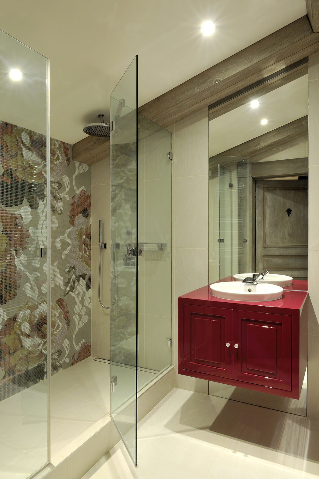 Ванная комната с душевой кабиной на мансарде