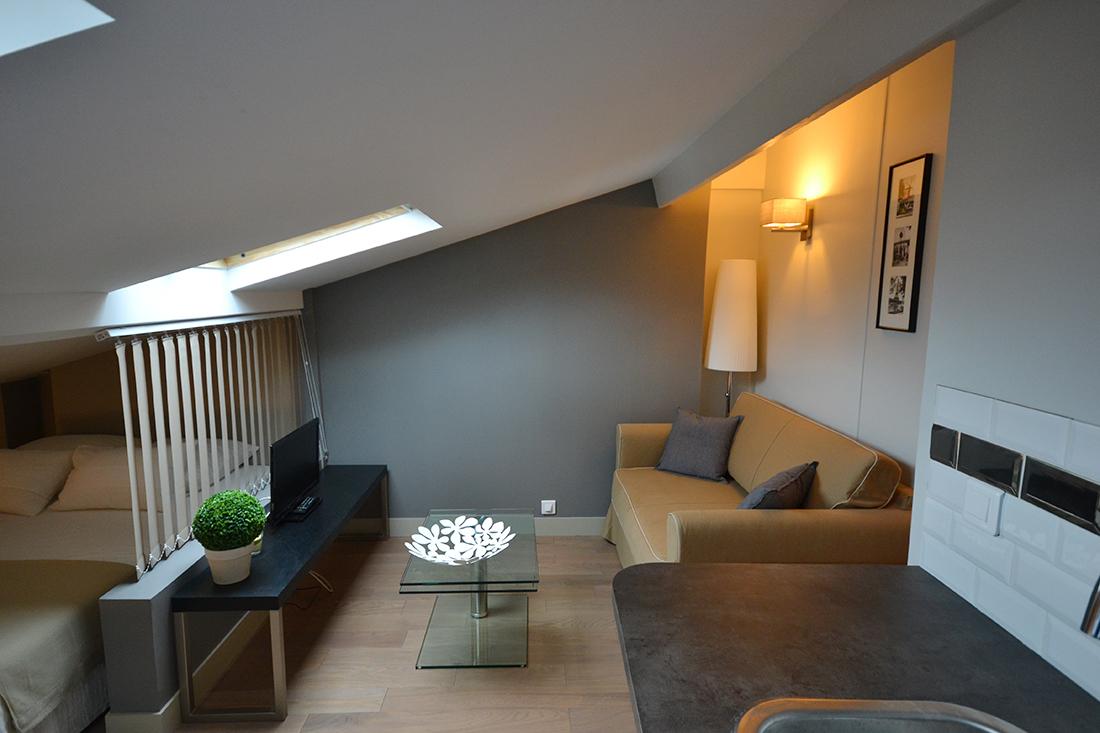 Спальня в однокомнатной квартире на мансарде
