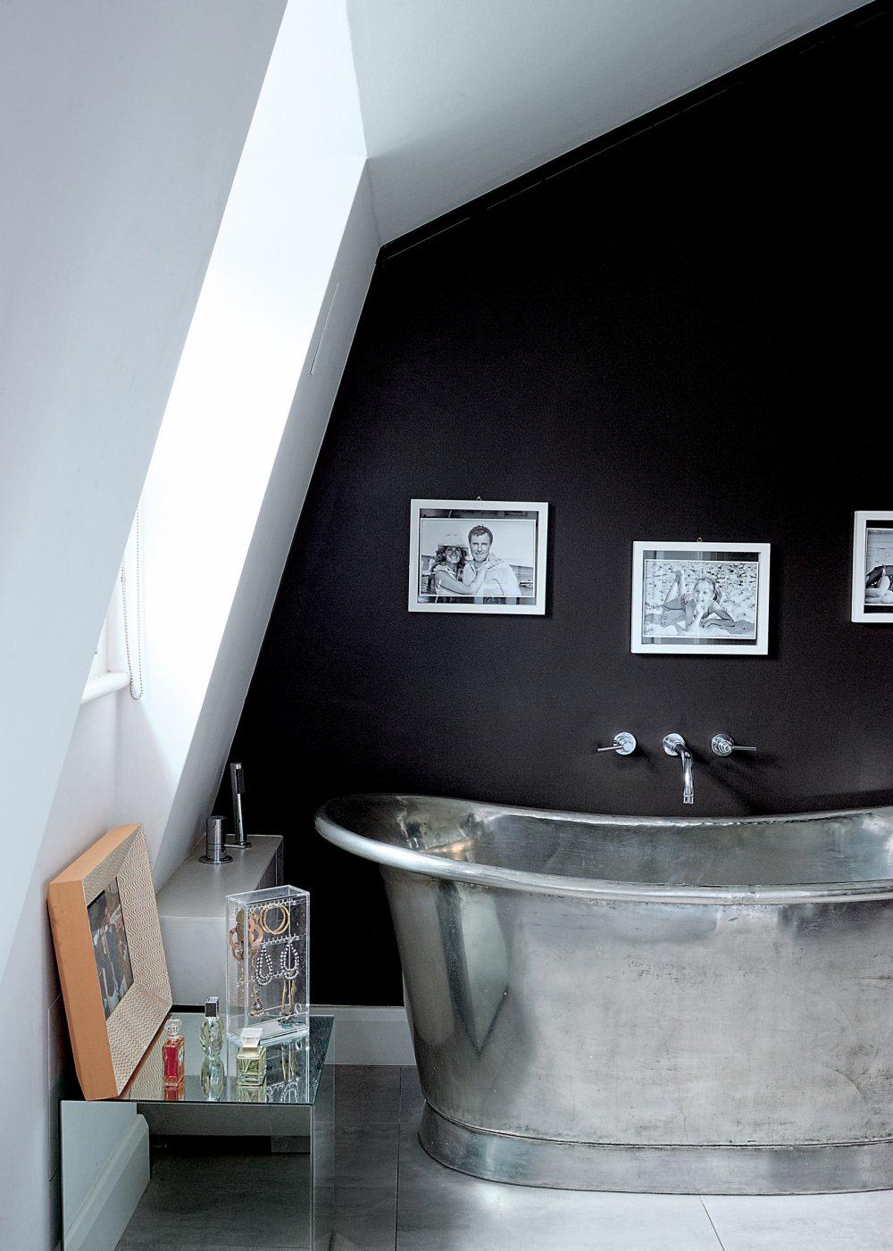 Черно-белая ванная на мансарде