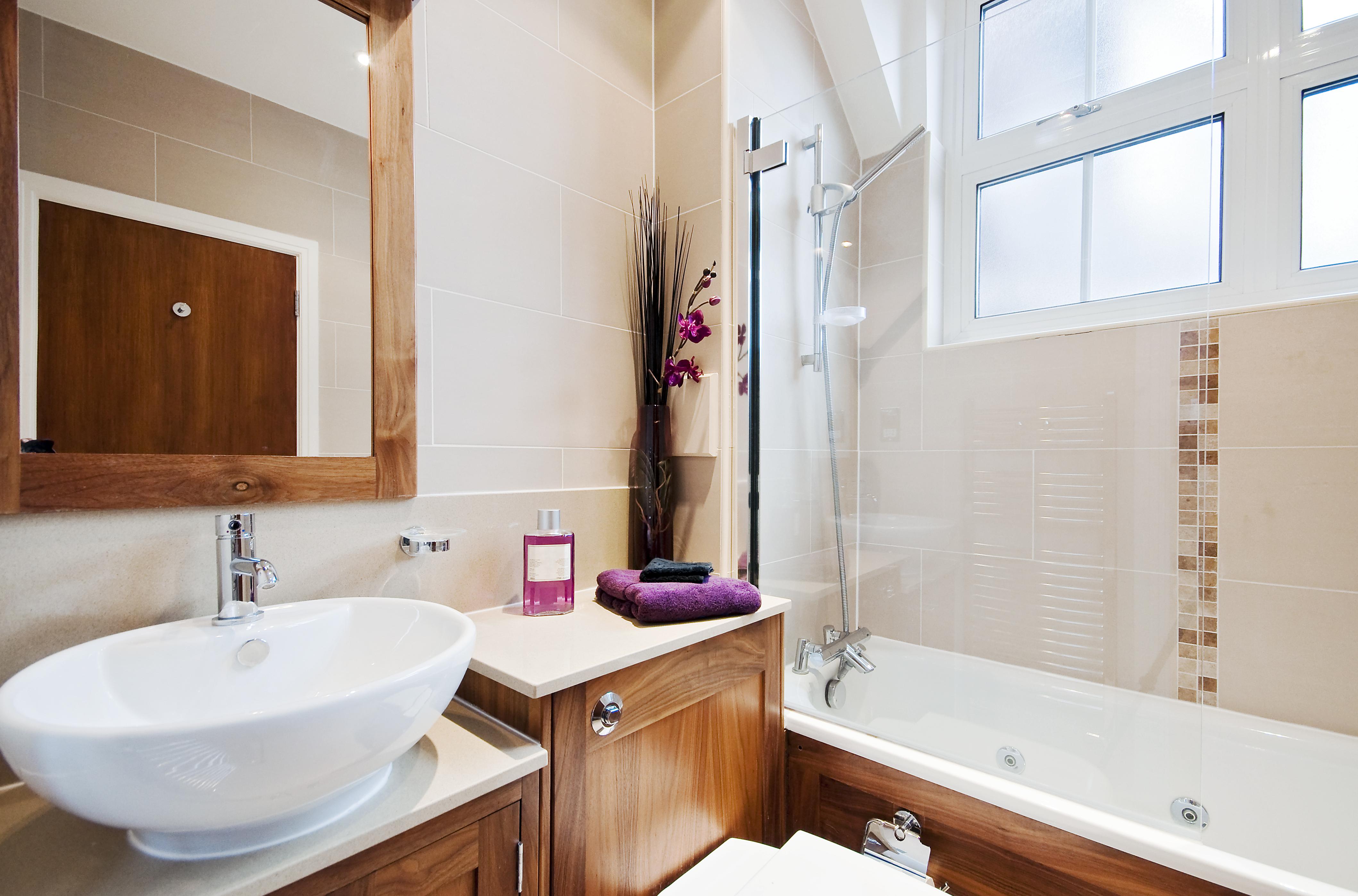 Идеи дизайна маленькой ванной с мебелью из массива