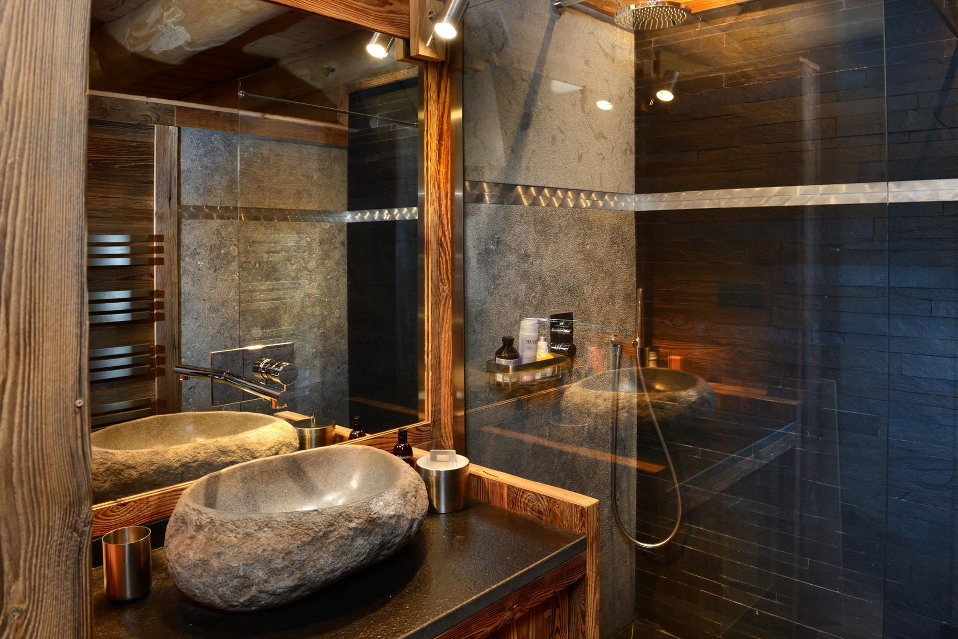 Интерьер ванной с мебелью из массива