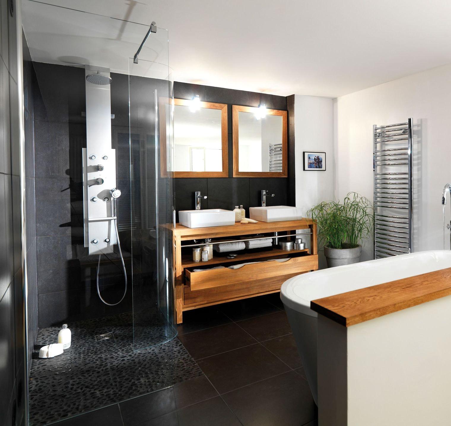 Черная ванная с мебелью из массива