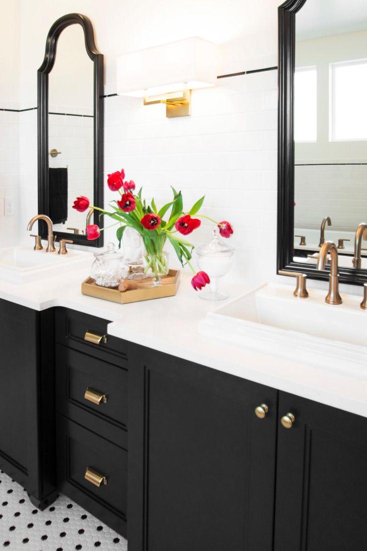 Черно-белая ванная с темной мебелью