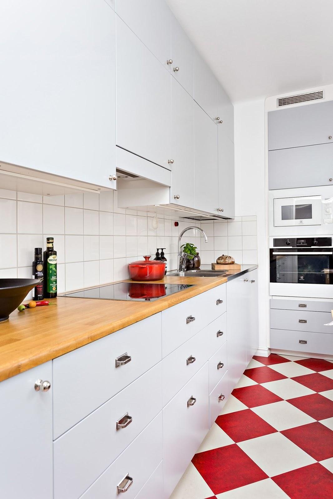 Дизайн маленькой кухни с мебелью