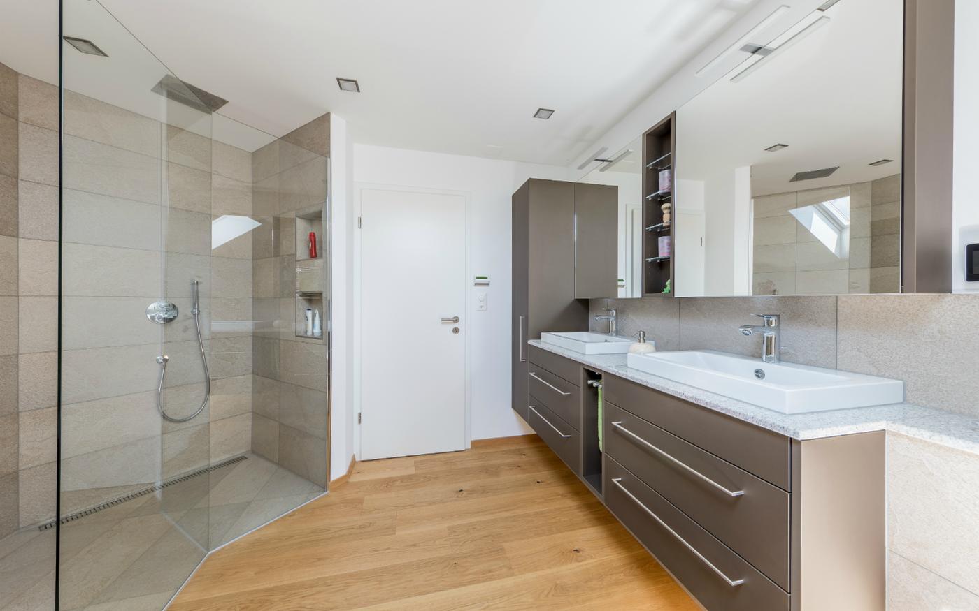 Совмещенная ванная комната с мебелью