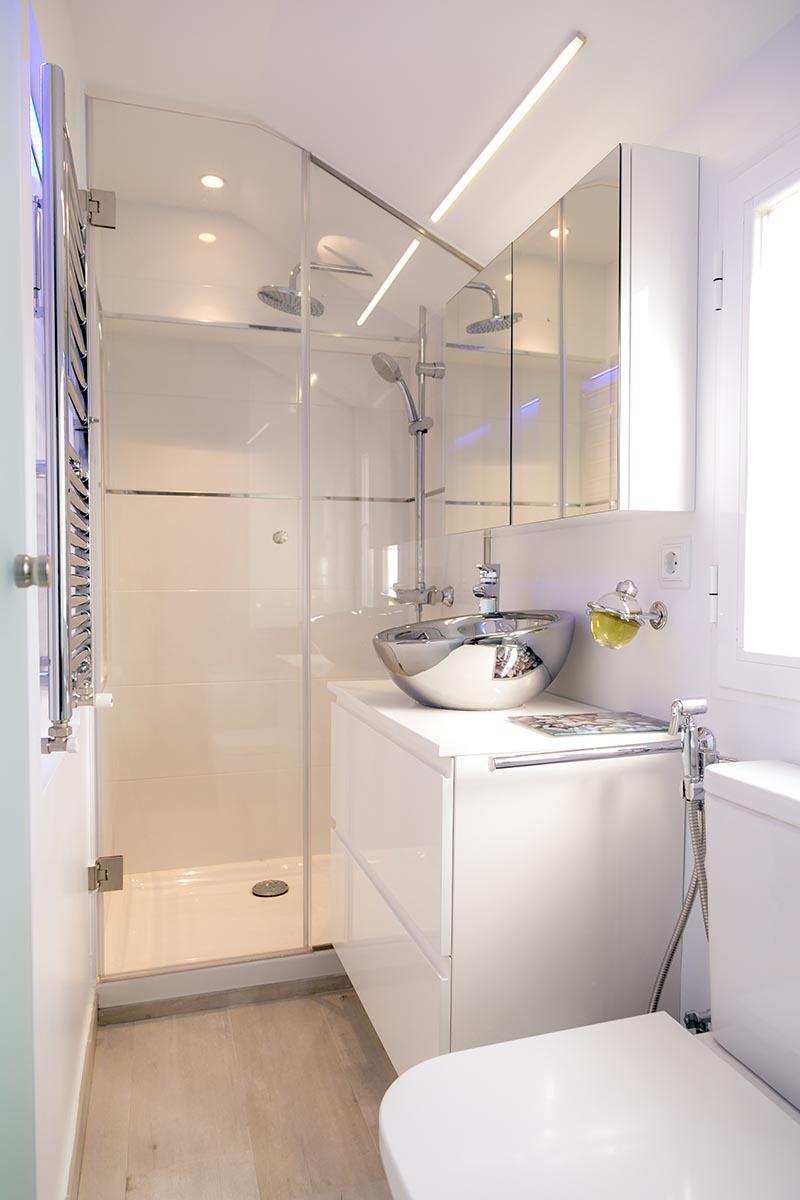 Маленькая ванная комната с металлической раковиной