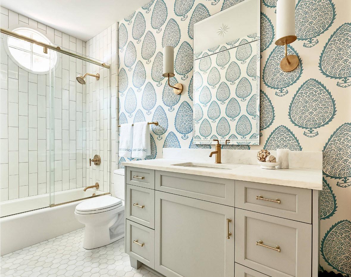 Совмещенная ванная комната с металлической фурнитурой