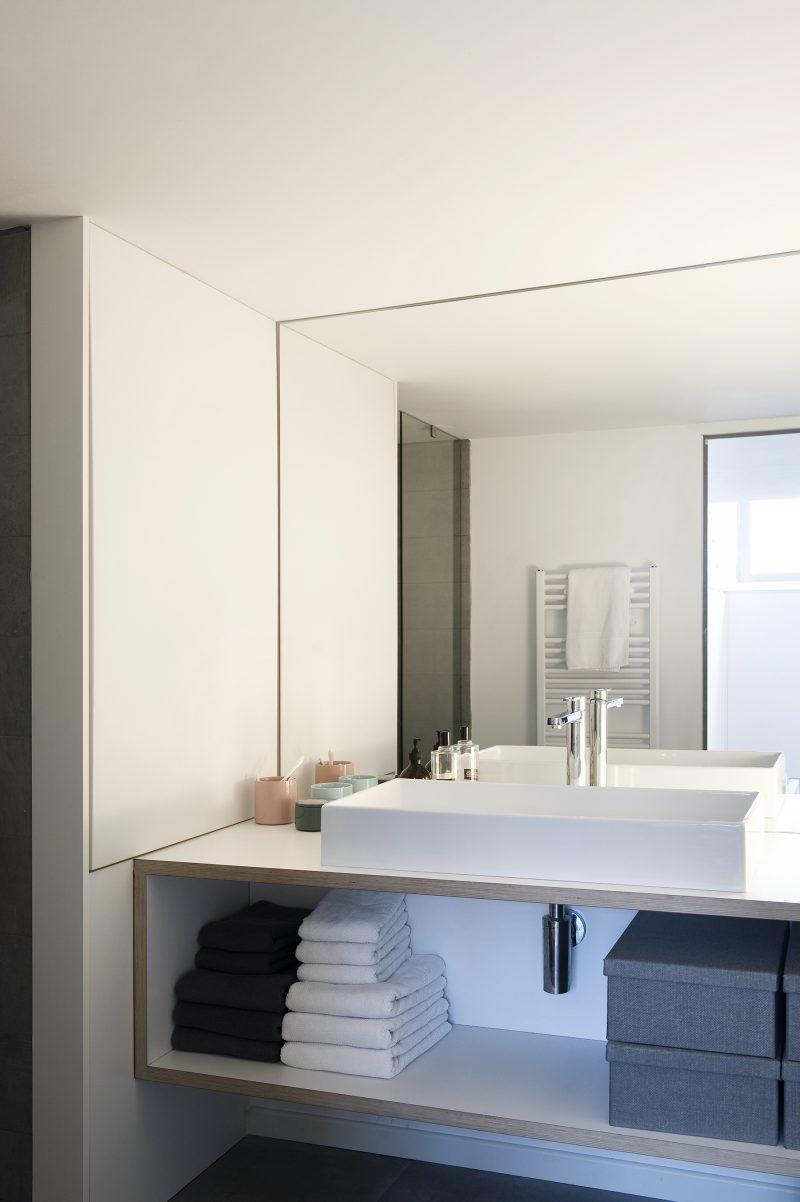 Зеркало в ванную в стиле минимализм