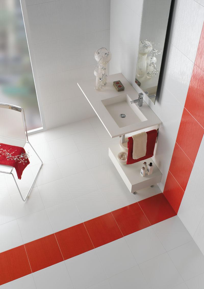Красная полоска в ванной в стиле минимализм
