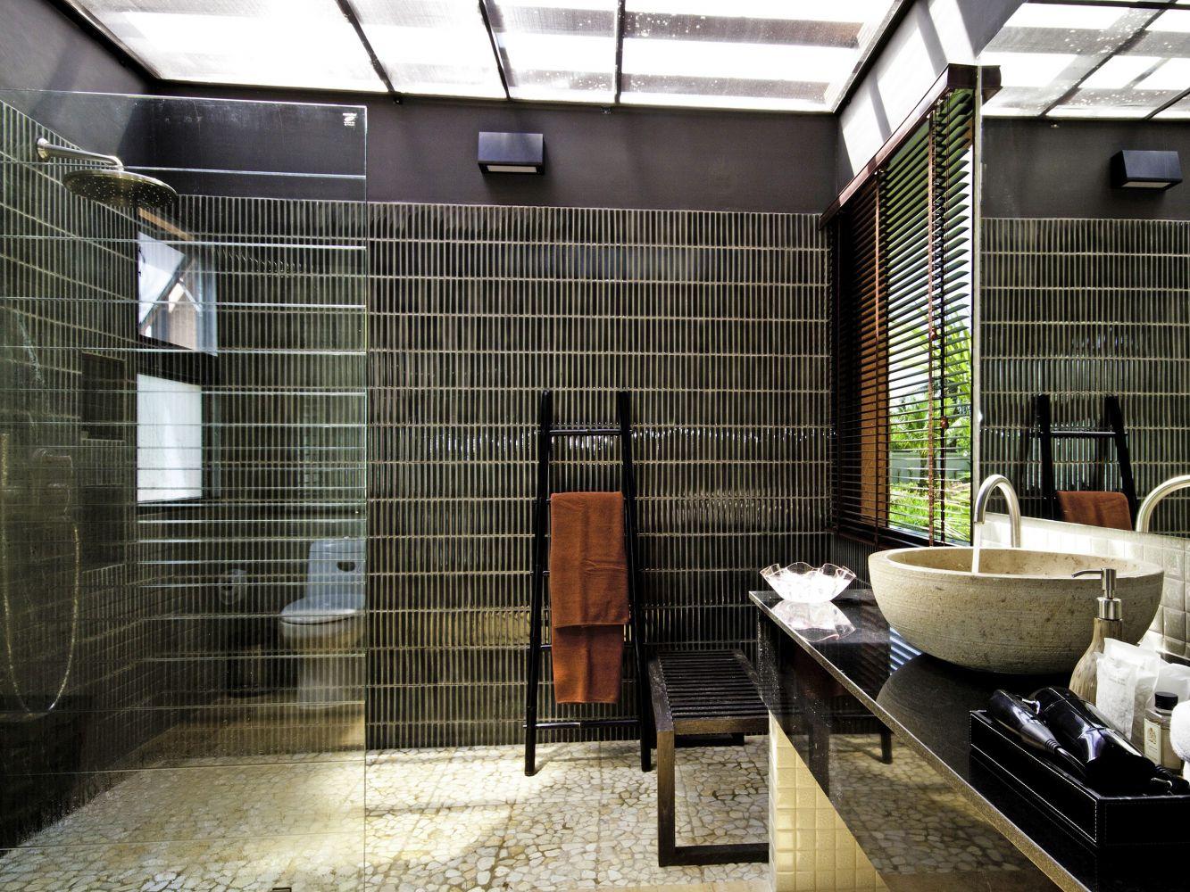 Ванная комната с душевой кабиной в стиле модерн