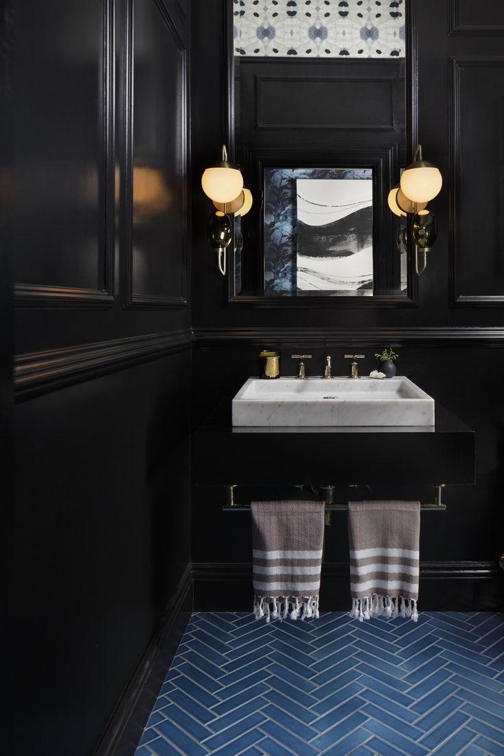 Черная ванная с молдингами