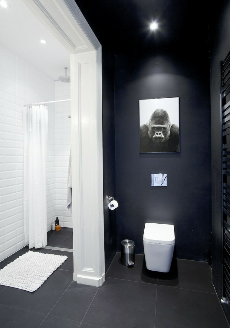 Совмещенная ванная комната в монохромных цветах