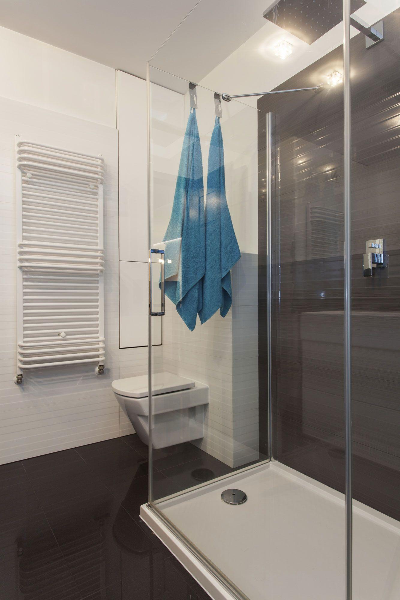 Маленькая ванная комната в монохромном дизайне