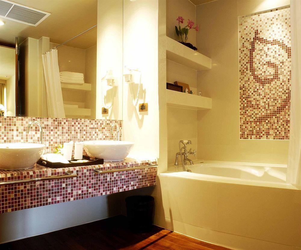Совмещенная ванная комната с отделкой мозаикой