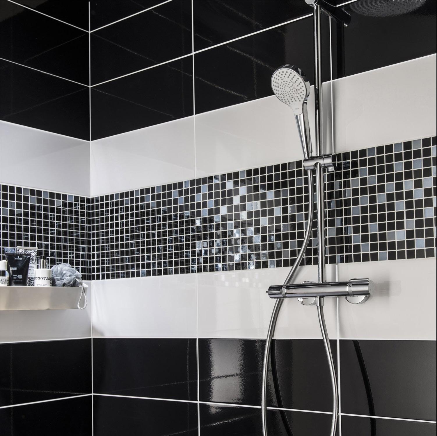 Черная ванная с мозаикой