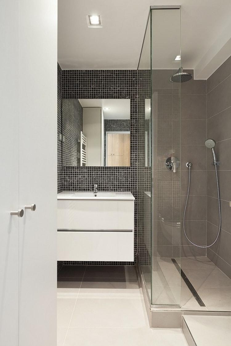 Ванная комната с душевой кабиной и мозаикой