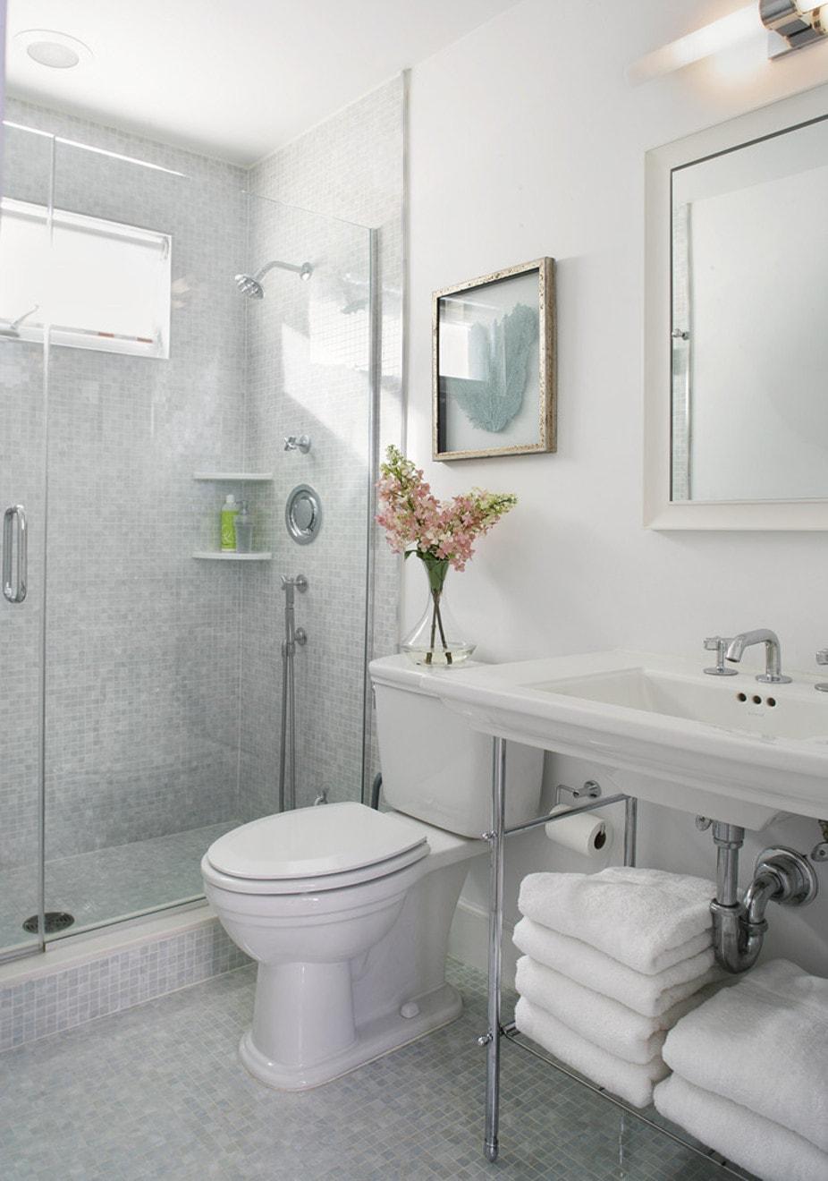 Маленькая ванная комната с мозаикой
