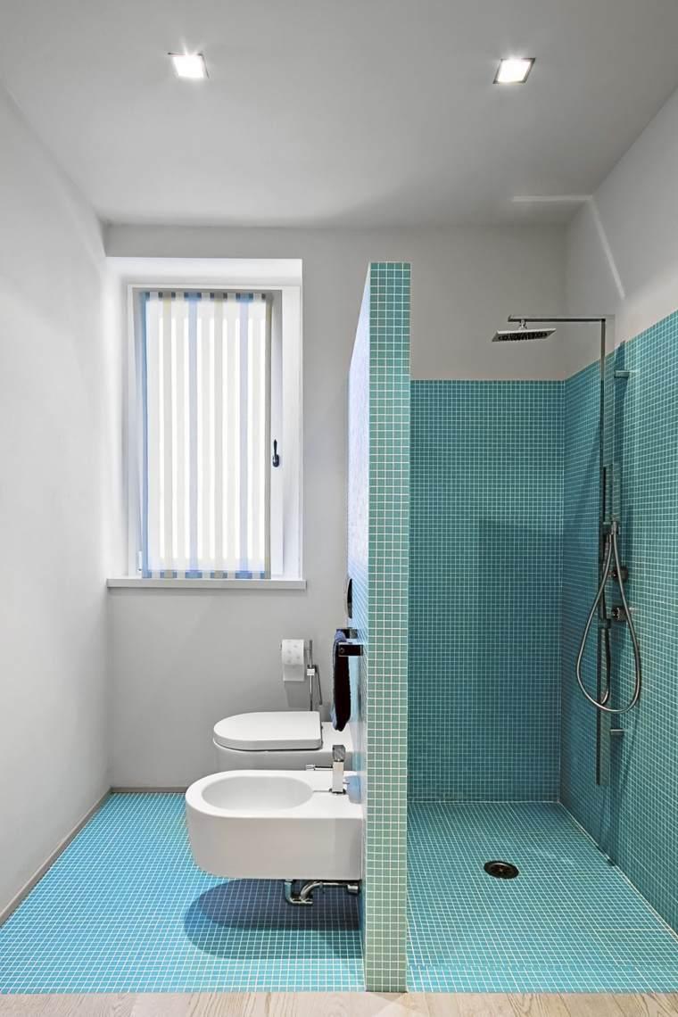 Ванная комната с душевой кабиной и голубой мозаикой