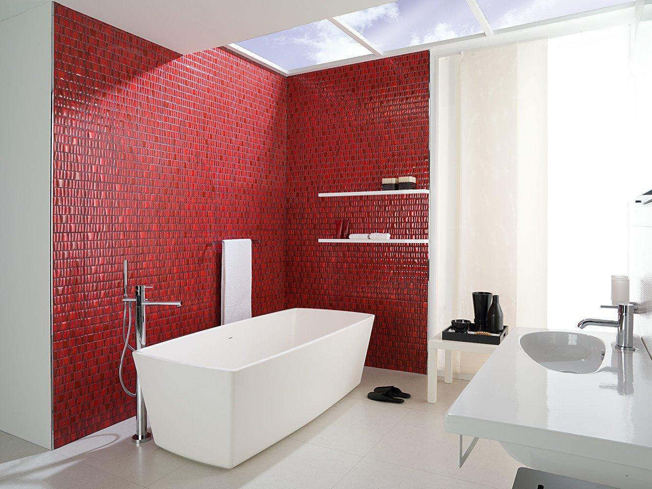 Красная мозаика в интерьере ванной комнаты