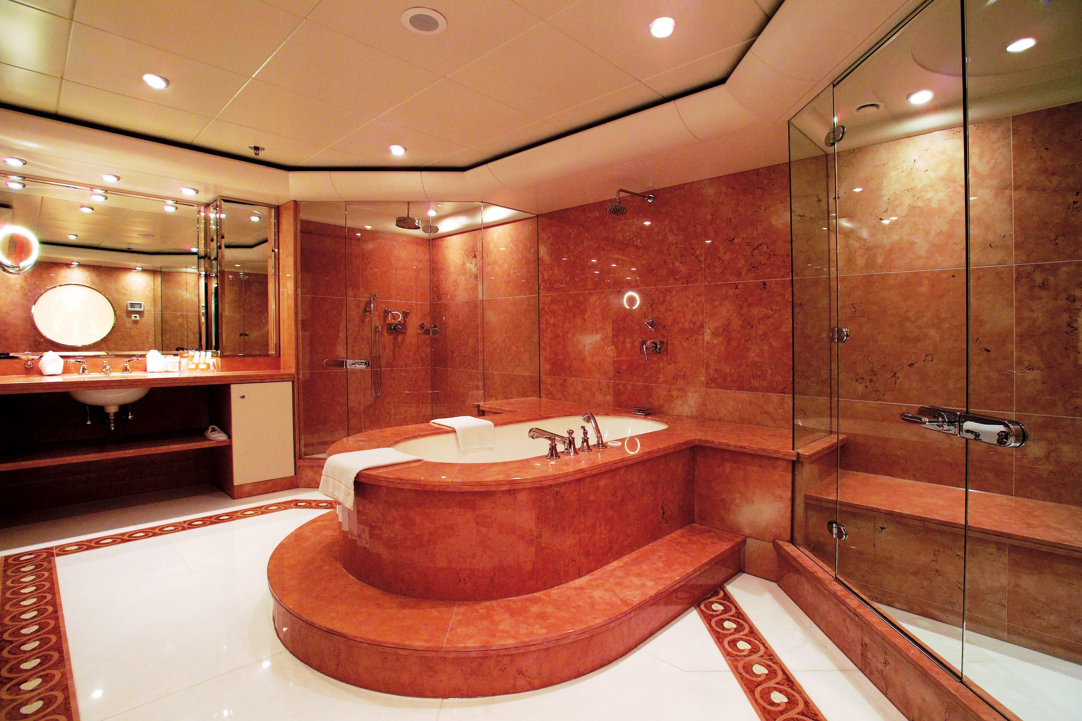 Красная мраморная плитка в ванной
