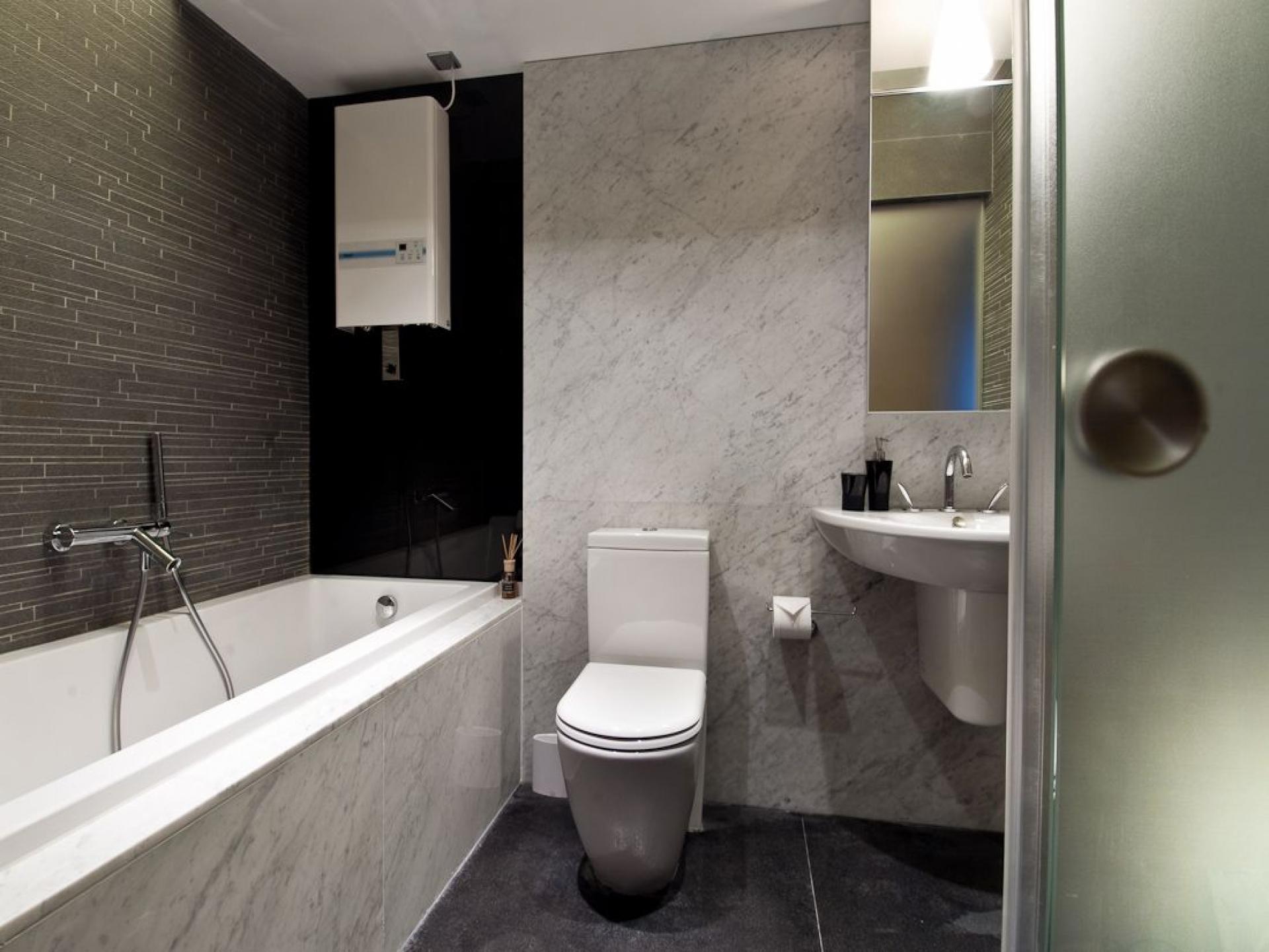 Совмещенная ванная комната с отделкой мрамором
