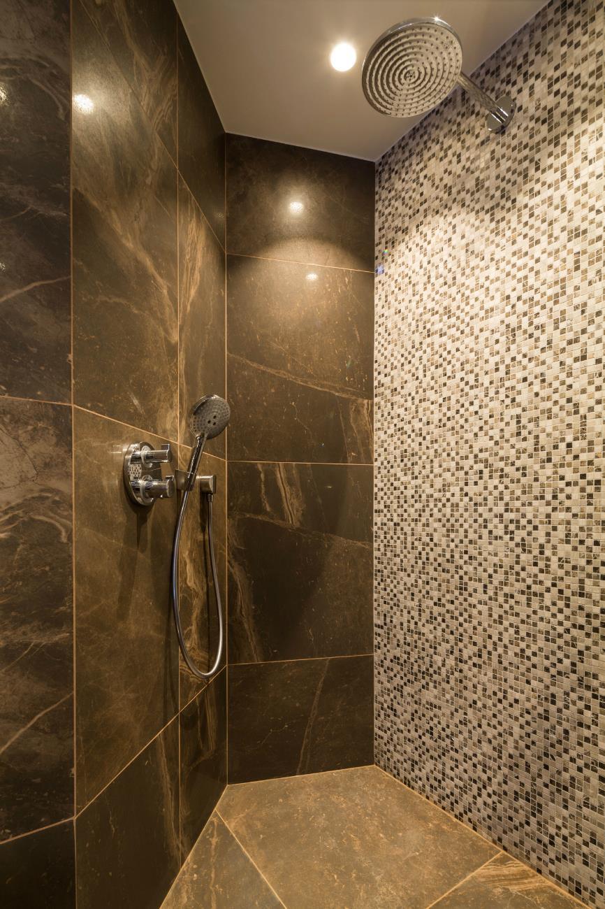 Ванная комната с душевой кабиной мраморной