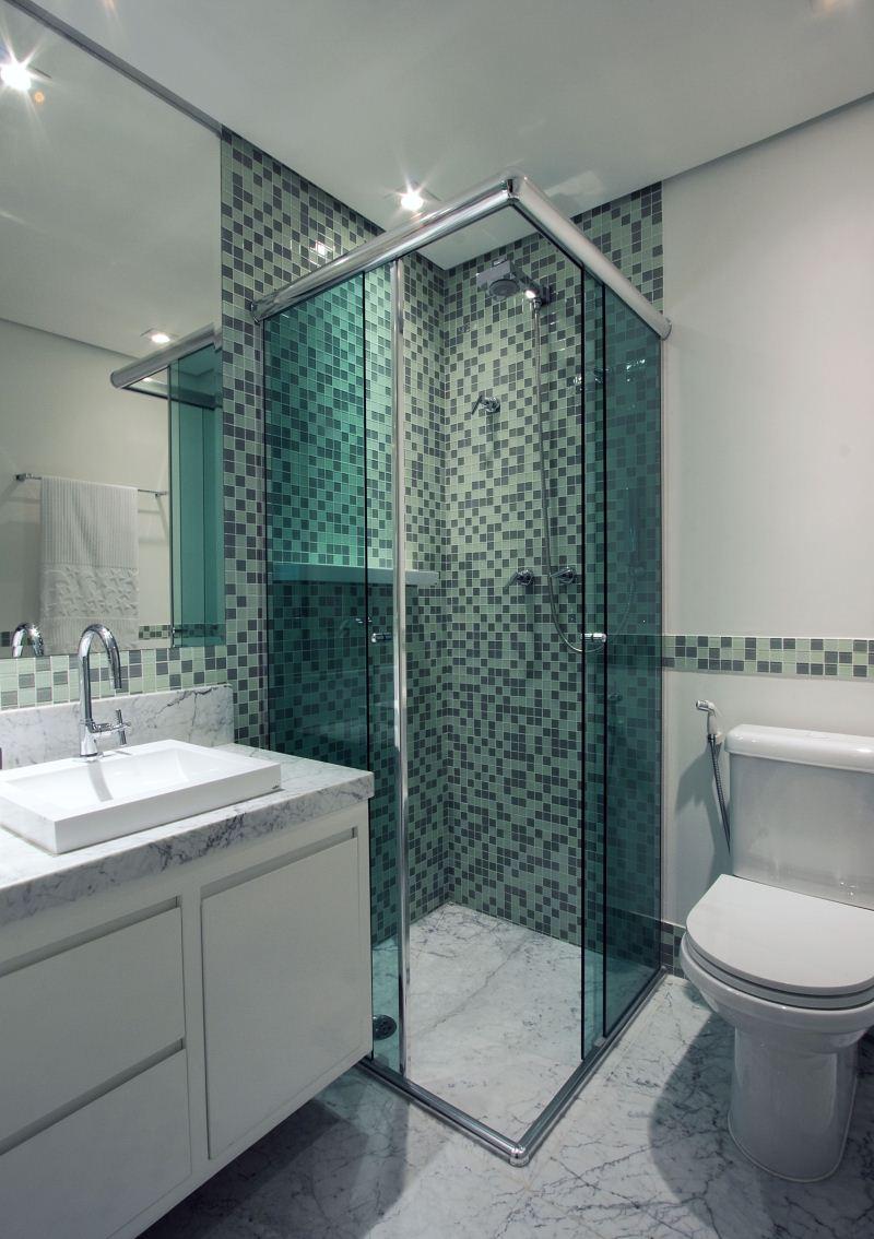 Маленькая ванная комната с мрамором
