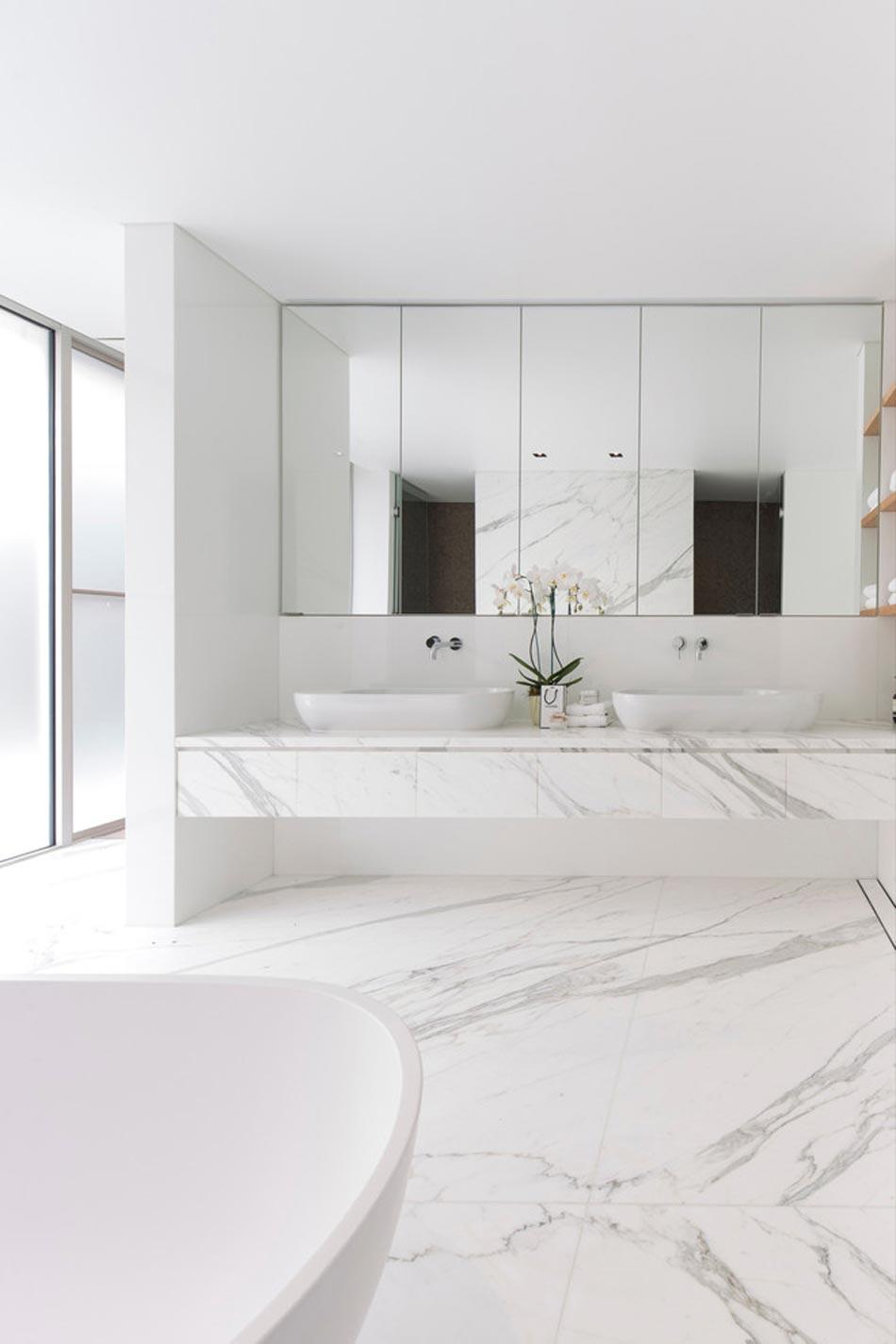 Белая ванная мраморная